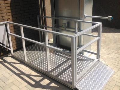 Neįgaliųjų lifto įrengimas sporto bazėje